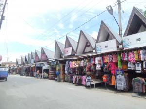 Deretan toko souvenir di Desa Tomok yang menjual kerajinan khas Batak. (Foto. evi)