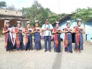 Marjon (tengah) bersama penari binaannya. (Foto.evi)