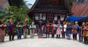 Mengikuti pertunjukan Sigale-gale di Desa Wisasta Tomok. (Foto. Humas Kemenpar)